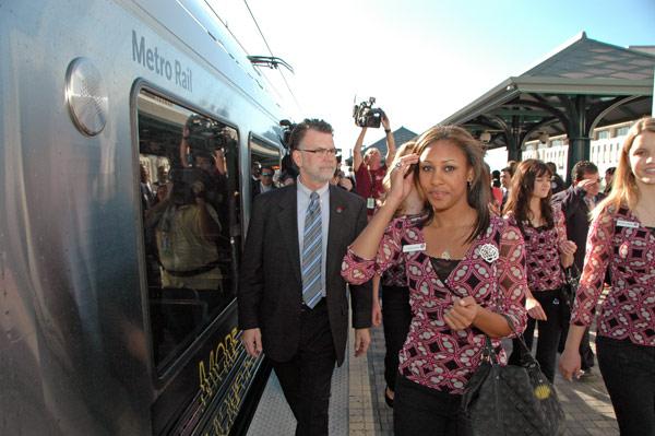 Drew Helen Washington, Reina del Desfile de las Rosa y Richard Katz, presidente de la Junta Directiva de Metrolink a punto de abordar un tren de la Línea Dorada. (Foto Luis Inzunza/El Pasajero).
