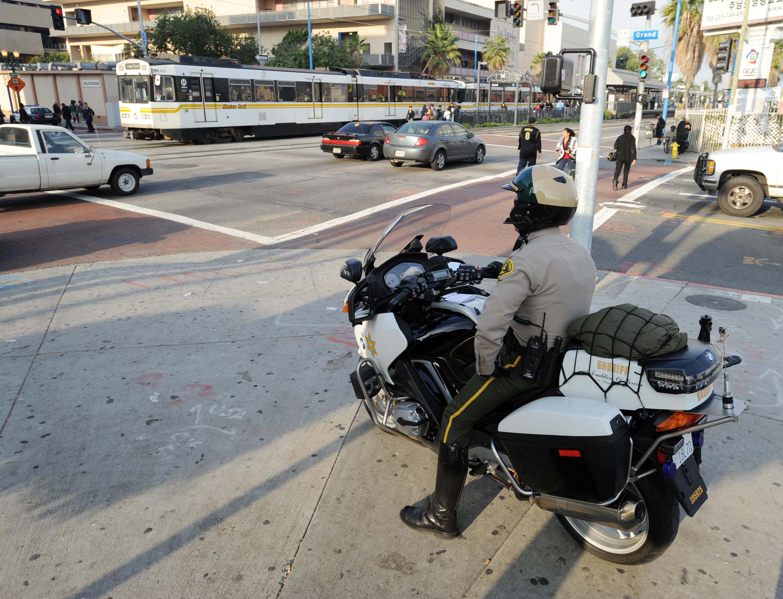Agentes en motocicleta del Sheriff participan en la campaña de seguridad en la Línea Azul del Metro en Febrero del 2010.