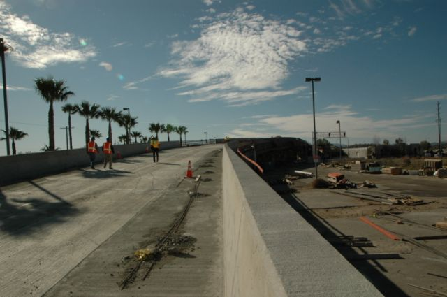 El puente sobre la calle Lassen en plena construcción.