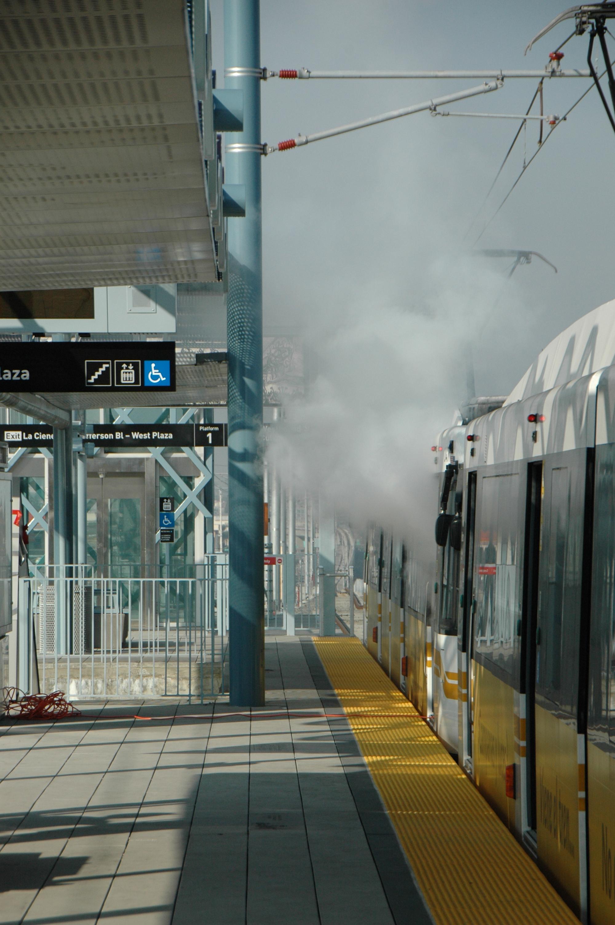 """Otra mirada al humo provocado por una """"coctel molotov"""" en el interior de uno de los vagones del tren ligero. (Foto José Ubaldo/El Pasajero)."""