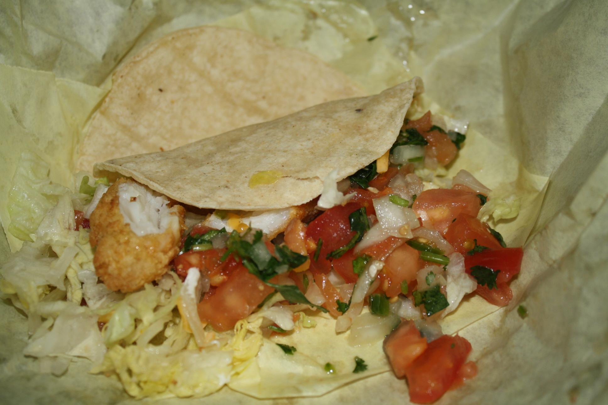 Taco de pescado en el restaurante The Original Chano's. (Foto Agustín Durán/El Pasajero).