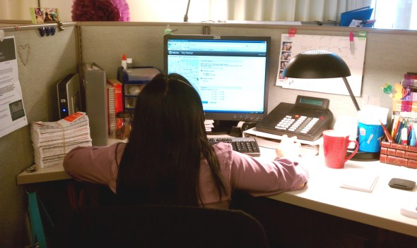 Una agente del centro de llamadas de Metro atiende una llamada.