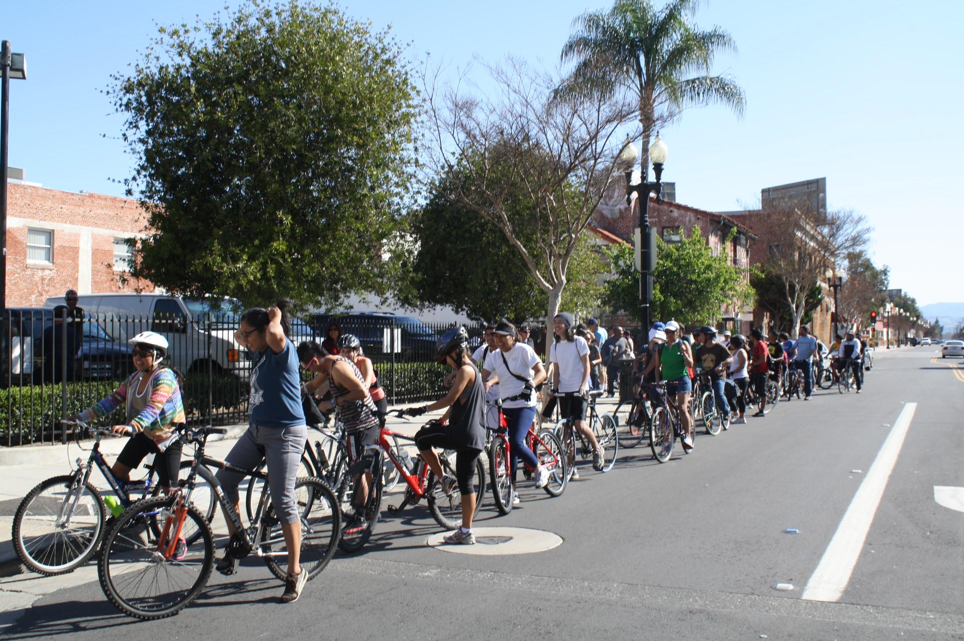 De dos en dos partieron más de 100 ciclistas desde Santa Ana a Los Ángeles en agradecimiento a la medida AB-131 aprobada el año pasado por el gobernador de California. (Foto Agustín Durán/ El Pasajero)