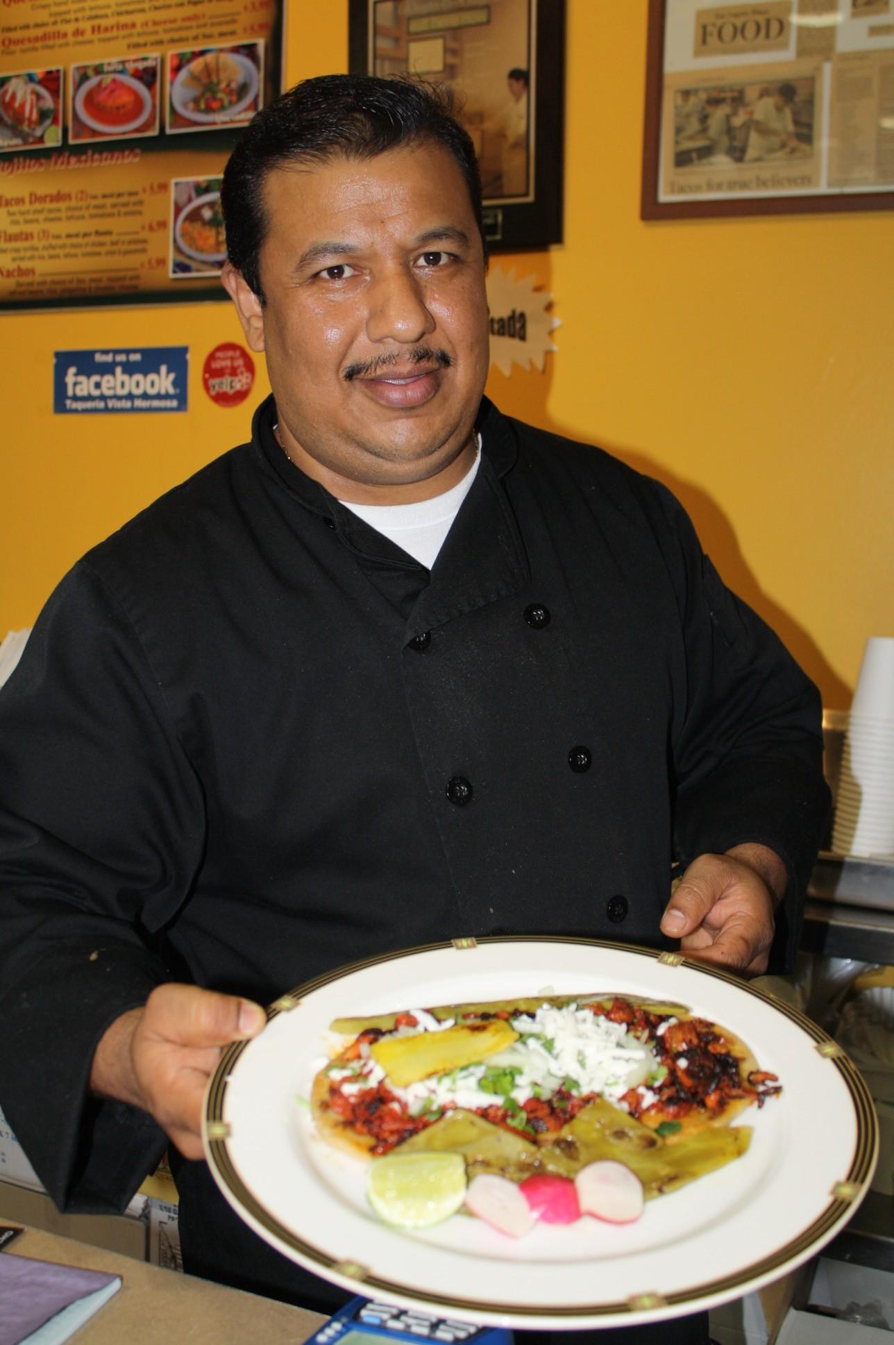 """Raúl Morales dueño y chef de """"Vista Hermosa Restaurant & Taquería"""". (Foto Agustín Durán/El Pasajero)"""