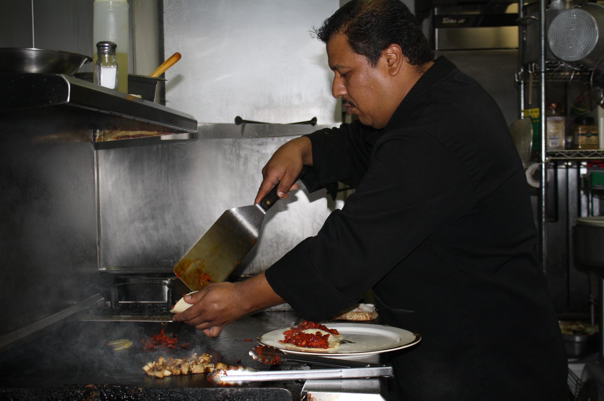 En plena acción preparando unos delicioso tacos. (Foto Agustín Durán/El Pasajero)