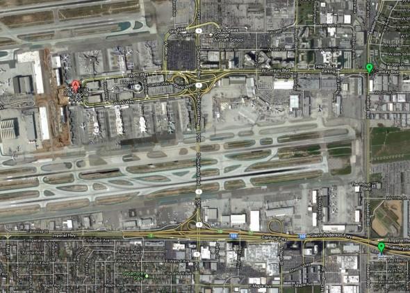 Una vista aérea de LAX desde un mapa de Google. La marca verde en la parte superior derecha será la futura estación de Metro: Crenshaw/Aviation de la Línea Verde y la Línea Crenshaw/LAX.  La marca verde en la parte inferior derecha es la actual estación Aviation de la Línea Verde. Puedes oprimir arriba para ampliar la imagen.