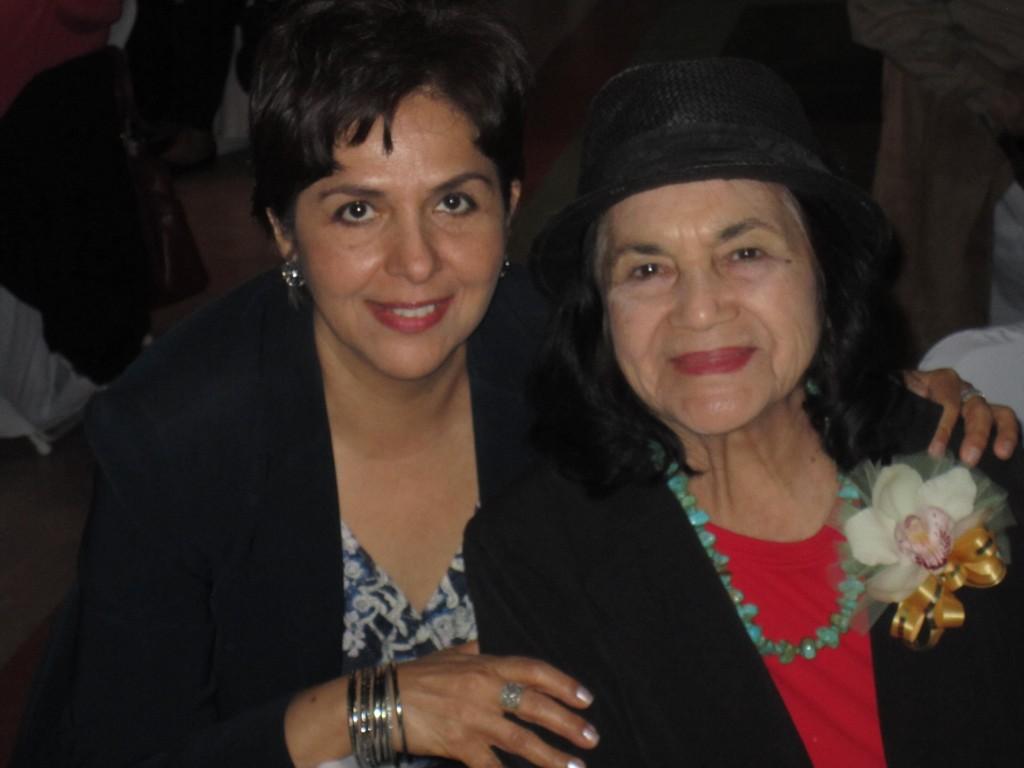 Nuestra compañera María Luisa Arredondo y Dolores Huerta comparten un momento durante la celebración del Día Internacional de la Mujer.