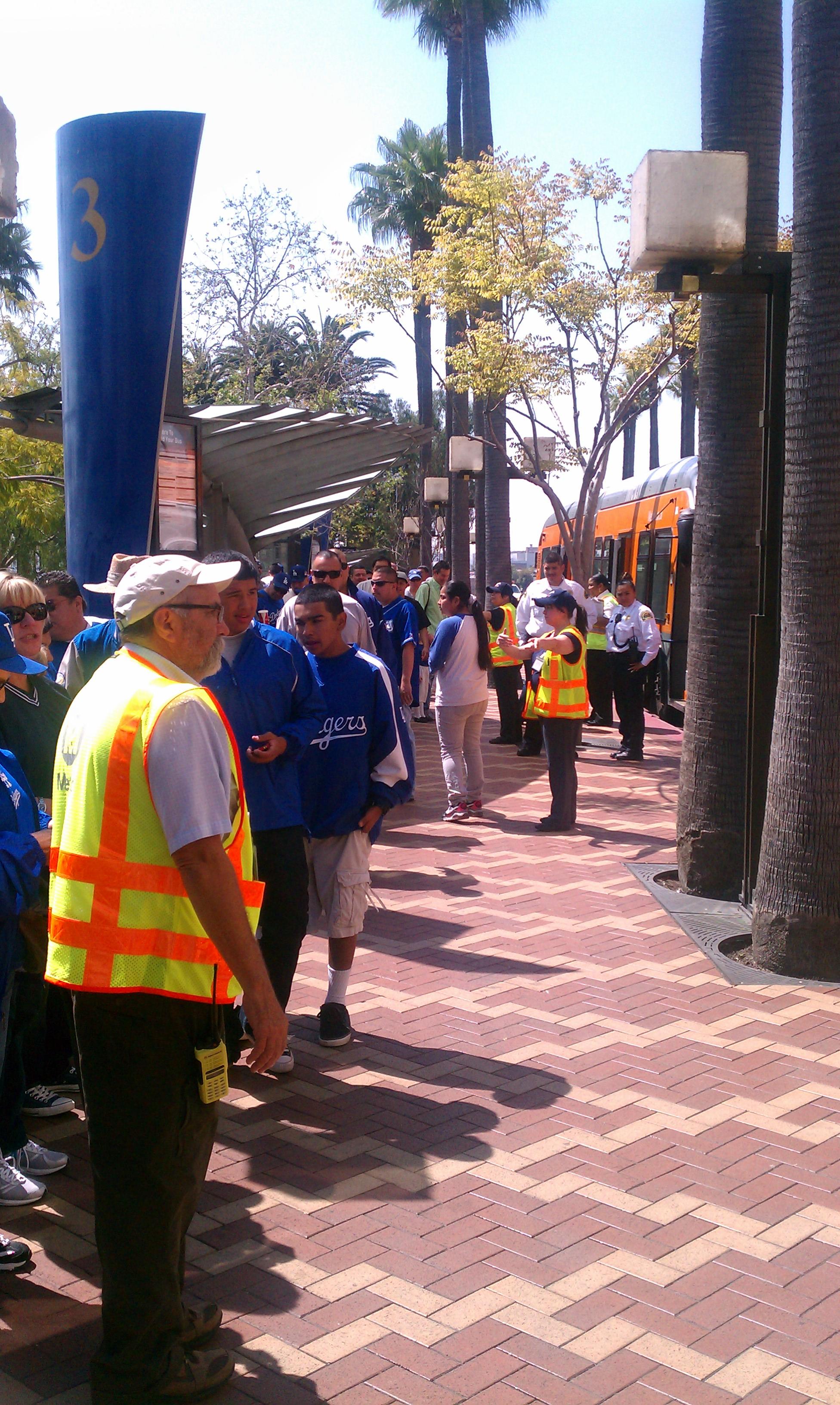 Cientos de aficionados al béisbol aprovecharon el servicio de Dodger Express para viajar al juego inaugural de los Dodgers. (Foto Rick Jager/El Pasajero).
