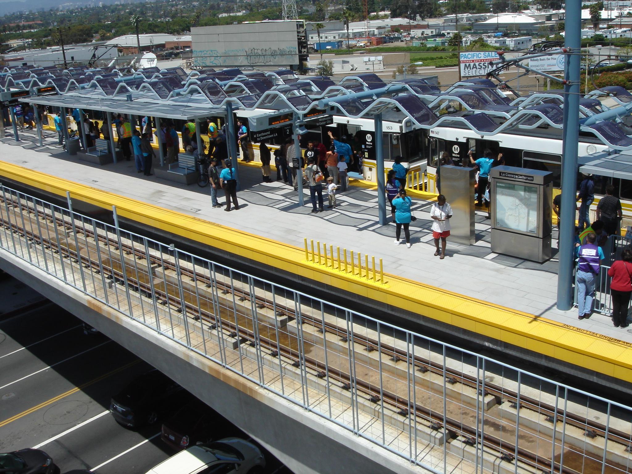 Pasajeros desembarcando en la estación La Ciénega/Jefferson. (Foto José Ubaldo/El Pasajero).