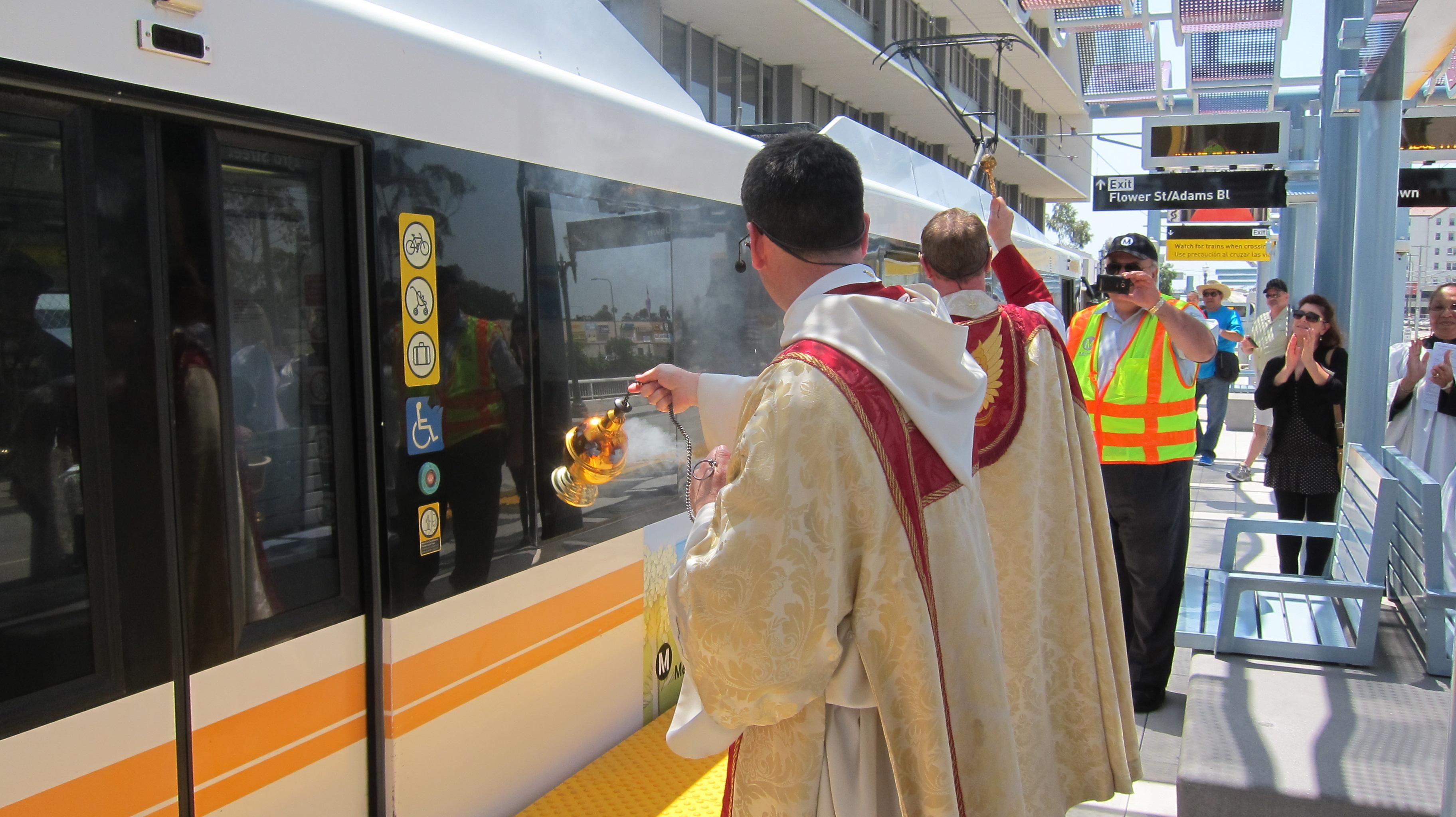El reverendo Kowalewski de la iglesia Episcopal bendice la estación de la calle 23. (Foto Luis Inzunza/El Pasajero).
