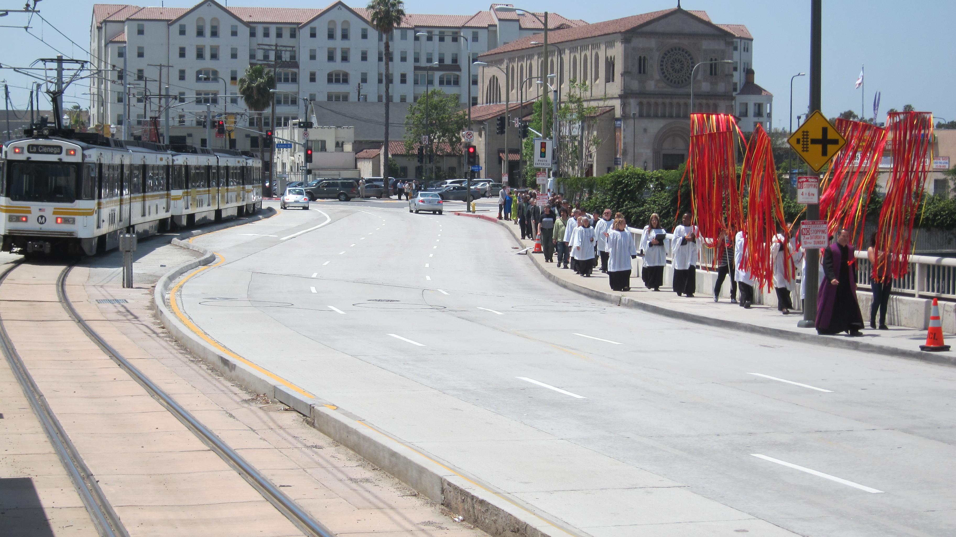 La congregación de la iglesia espiscopal St. John's se encamina a partir en la bendición de la nueva estación de la Calle 23 de Expo. (Foto Luis Inzunza/El Pasajero).