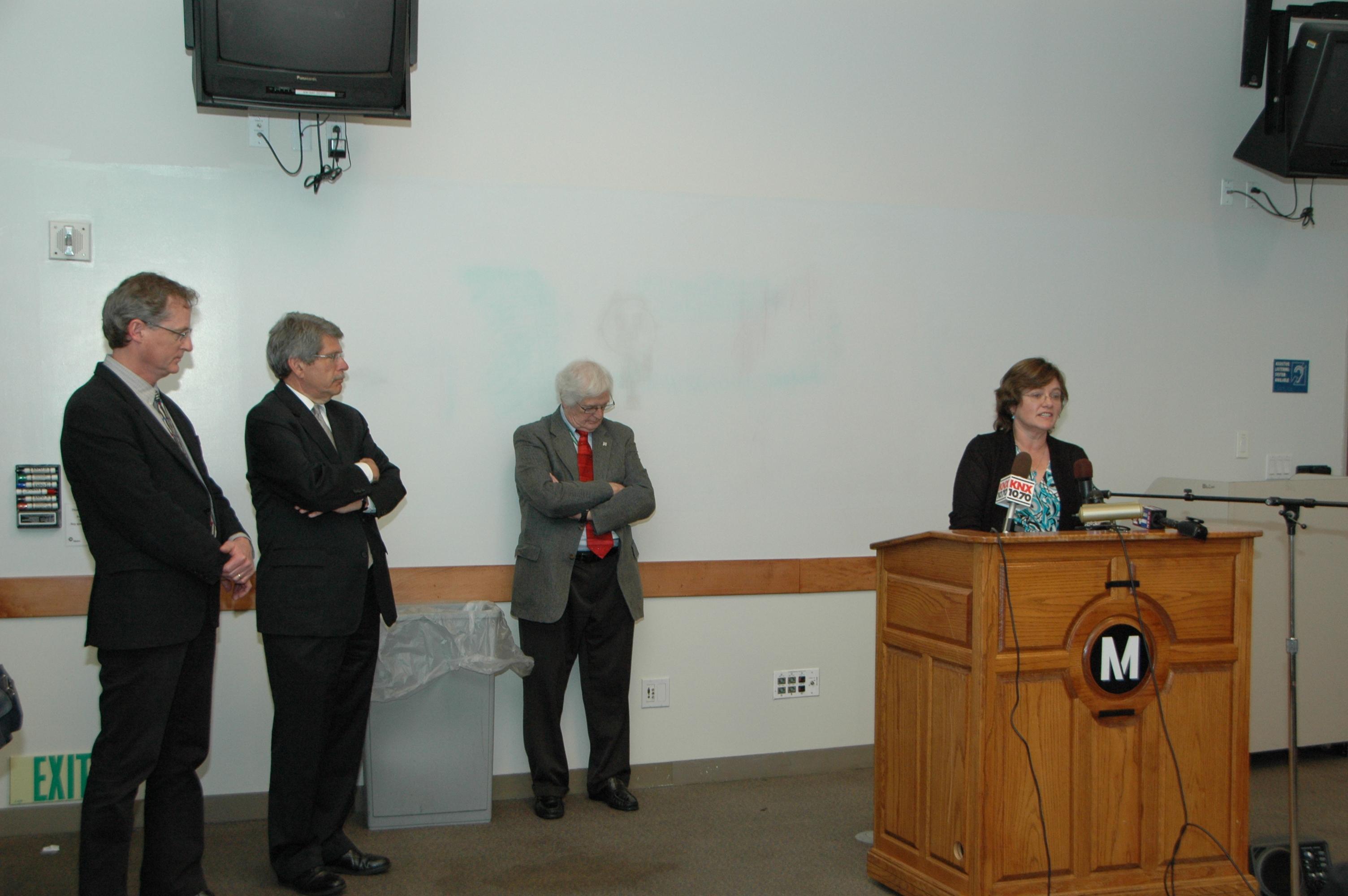 De izquierda a derecha, el Doctor James Dolan, el Supervisor del condado angelino Zev Yaroslavsky, el Doctor Harvey Parker y la Doctora Lucy Jones. (Foto Luis Inzunza/El Pasajero).