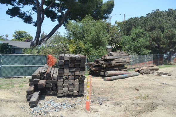 Una pila de troncos de madera vieja espera su destino final. Foto Carter Rubin / Metro.