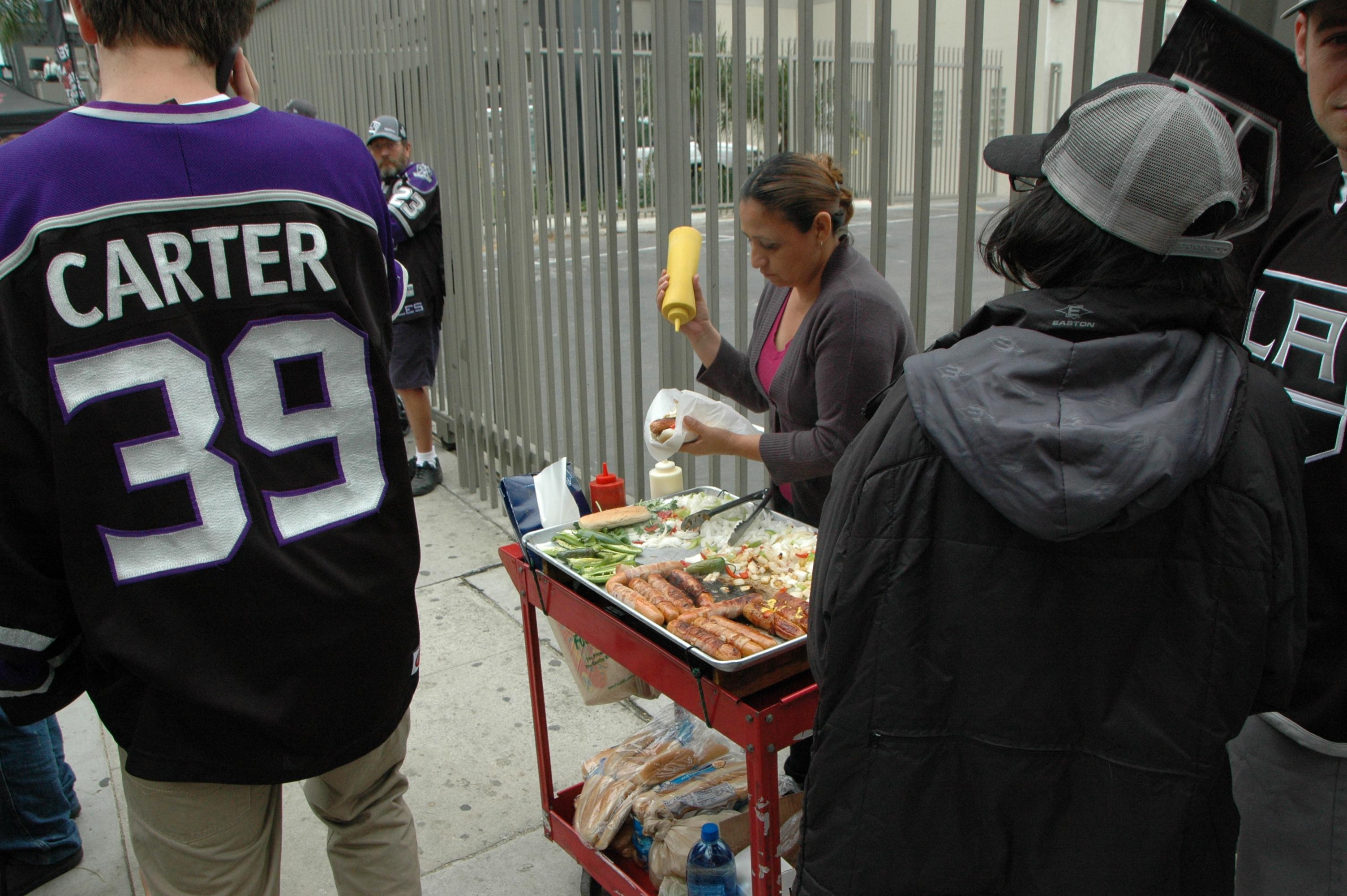 Los ya famosísimos Hot Dogs de Los Angeles en plena vendimia. (Foto José Ubaldo/El Pasajero).