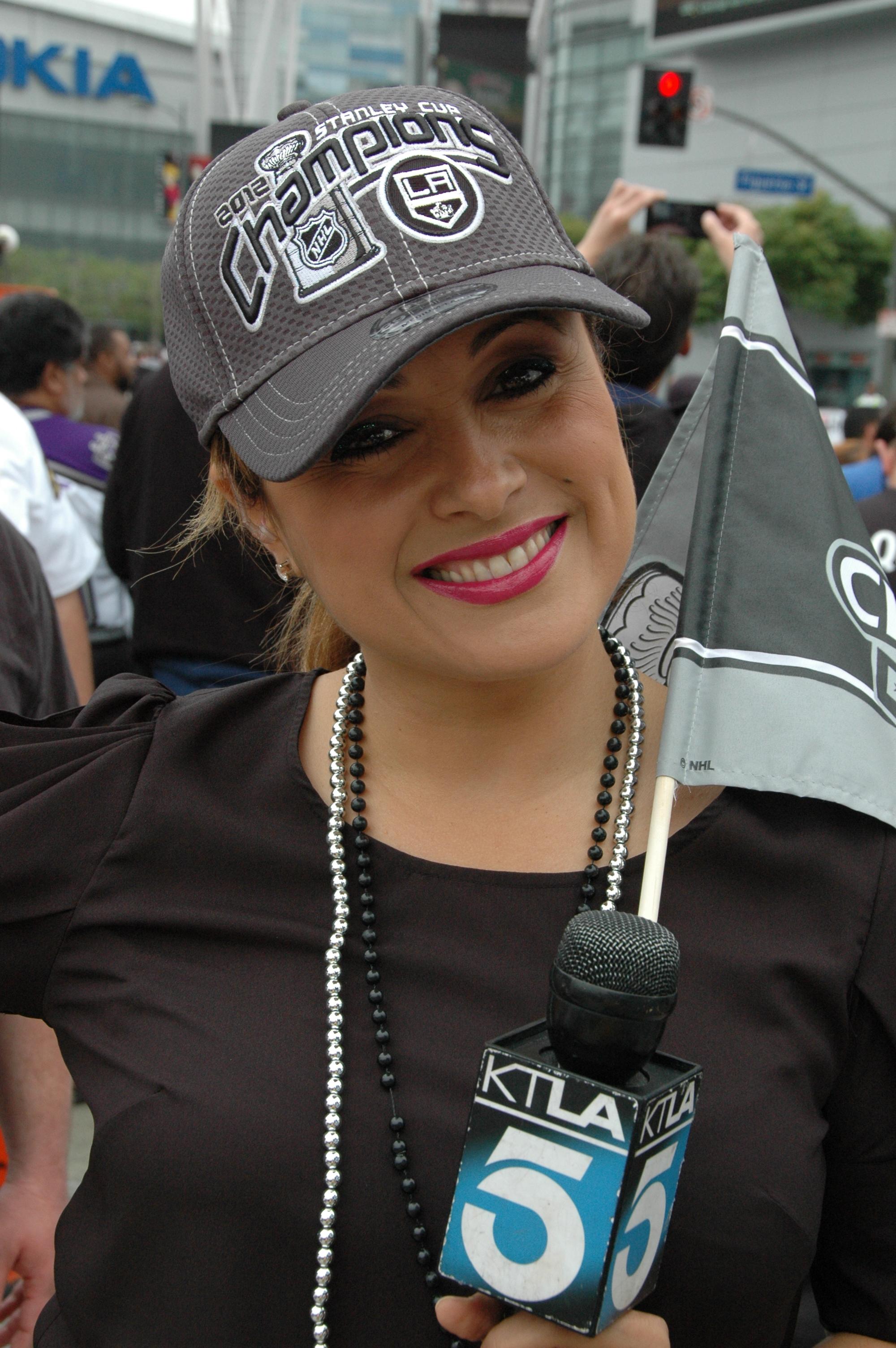 La hermosa reportera del Canal 5, Elizabeth Espinoza nos regaló una bella sonrisa cuando pasamos frente a su unidad movil. (José Ubaldo/El Pasajero).