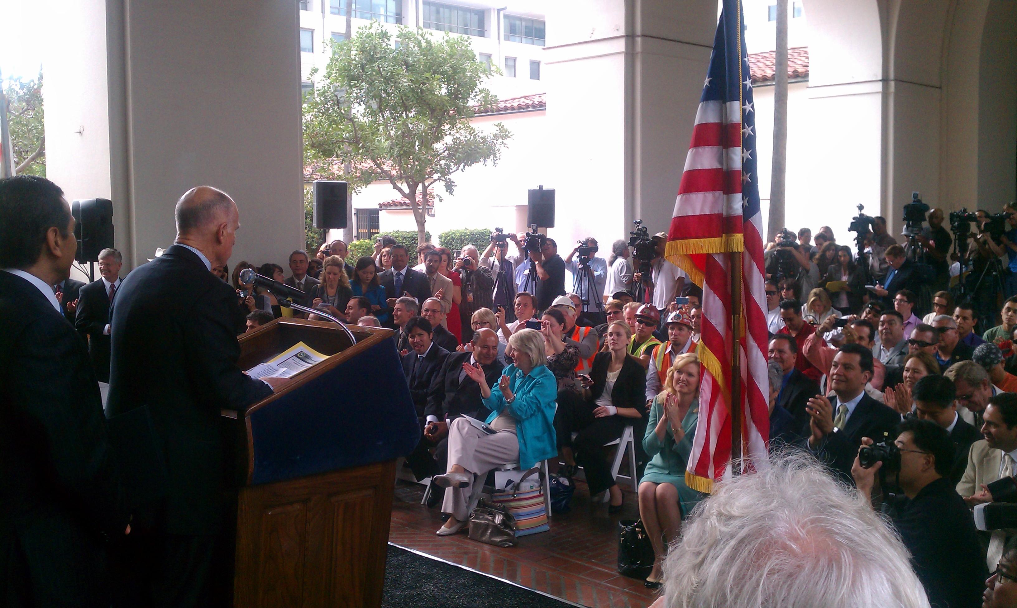 El Gobernador Brown hablando a los asistentes a la ceremonia de la firma del inicio de construcción del tren bala en California esta mañana en Union Station. (Foto Rick Jager/El Pasajero).