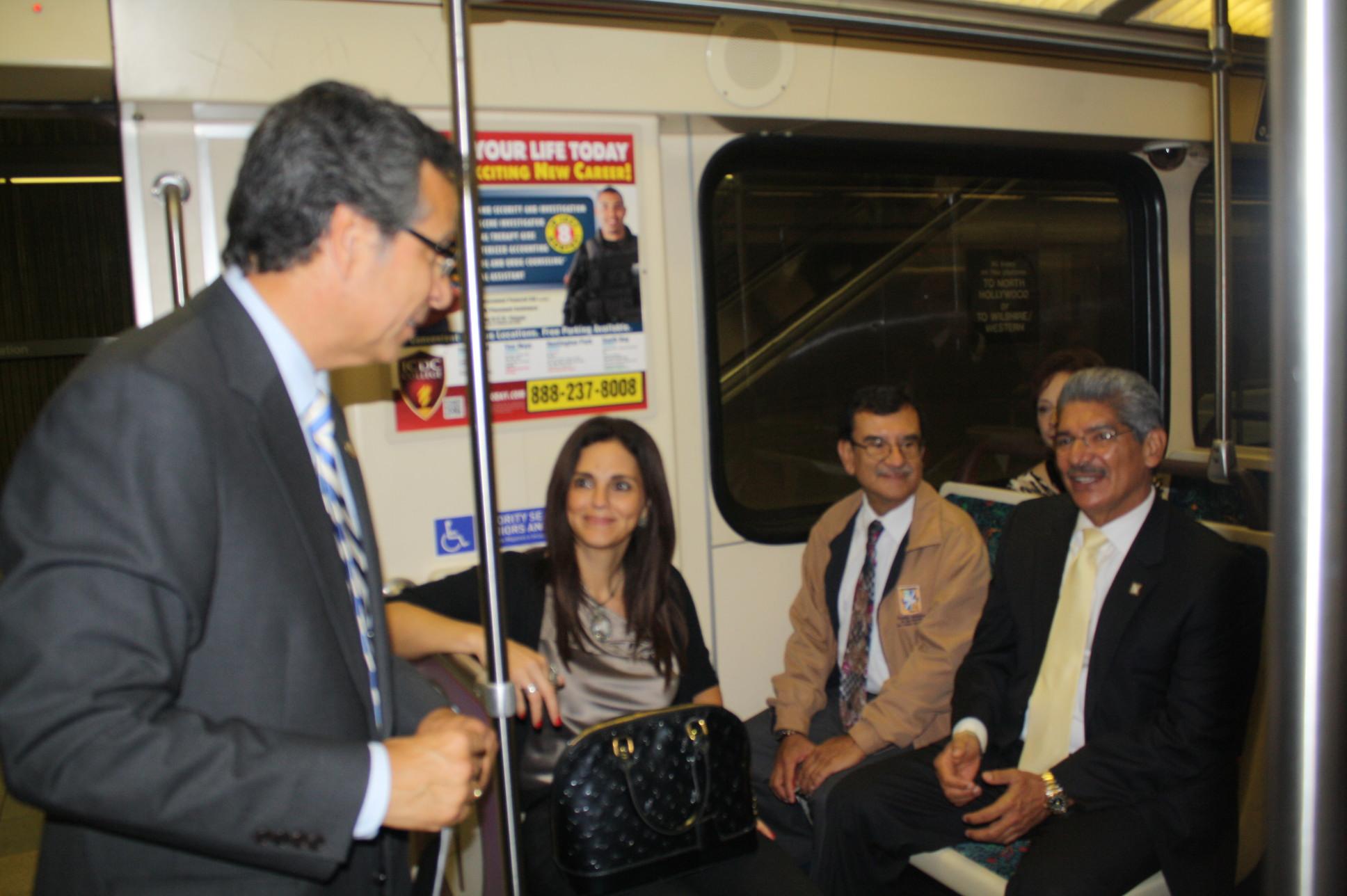 Roberto Calix platica con el alcalde Dr. Norman Quijano, quien va acompañado de su esposa Ana Dacarett y otro funcionario en la Línea Roja del Metro (Foto Agustín Durán/El Pasajero).