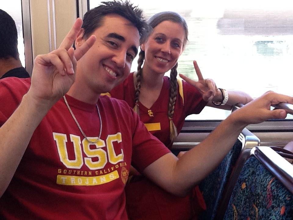 Fanáticos de los Troyanos de USC viajan en la Línea Expo rumbo al juego de futbol americano el sábado pasado. (Foto Marc Littman/El Pasajero)