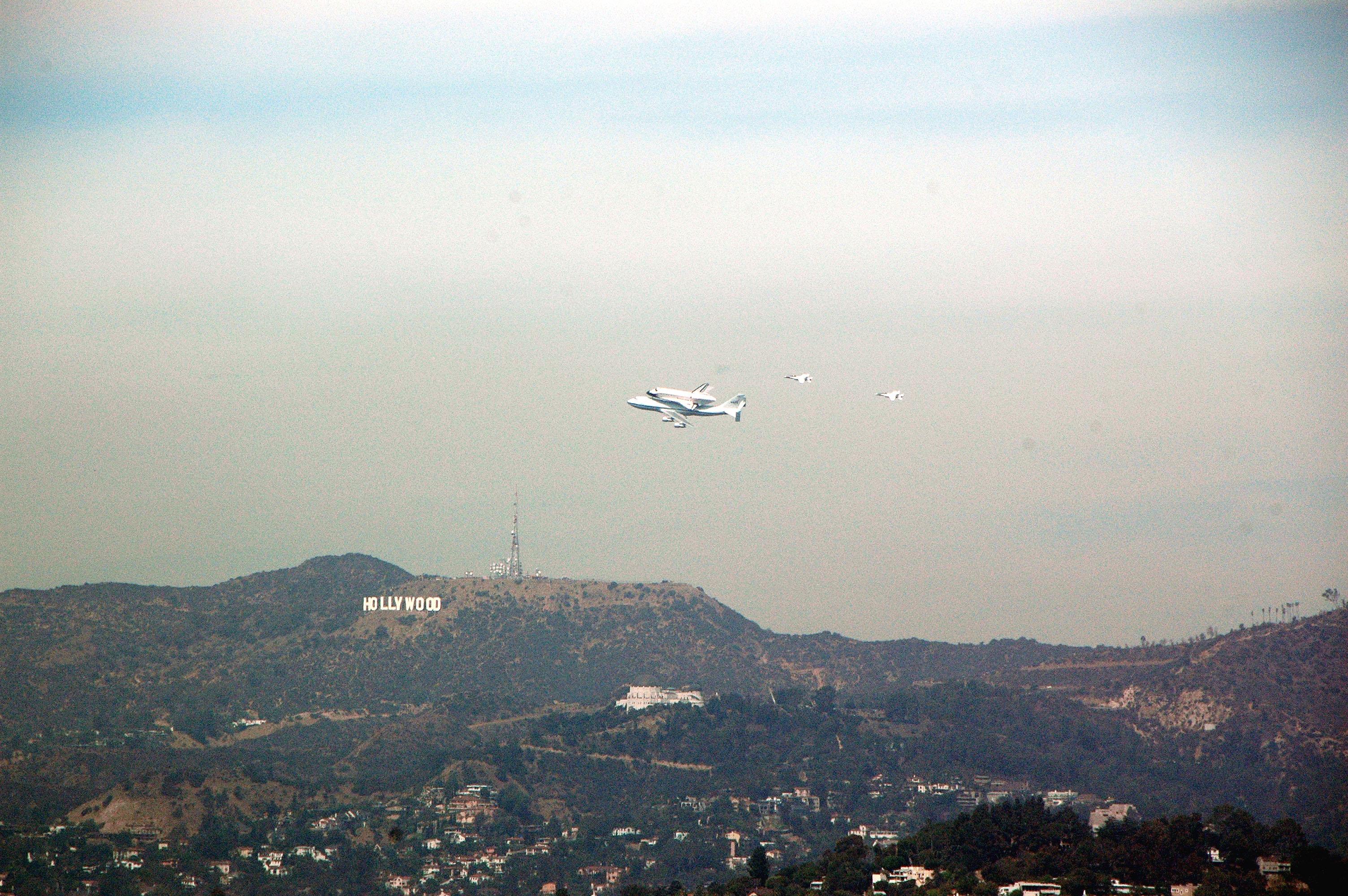 Sobre volando con el cartel de HOLLYWOOD.