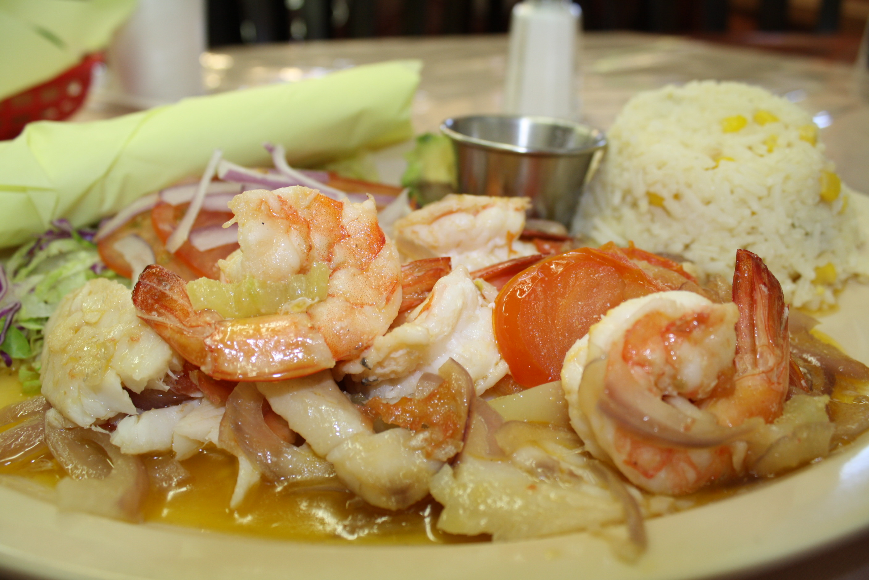 Camarones y pescado a la veracruzana. (Foto Agustím Durán/El Pasajero).