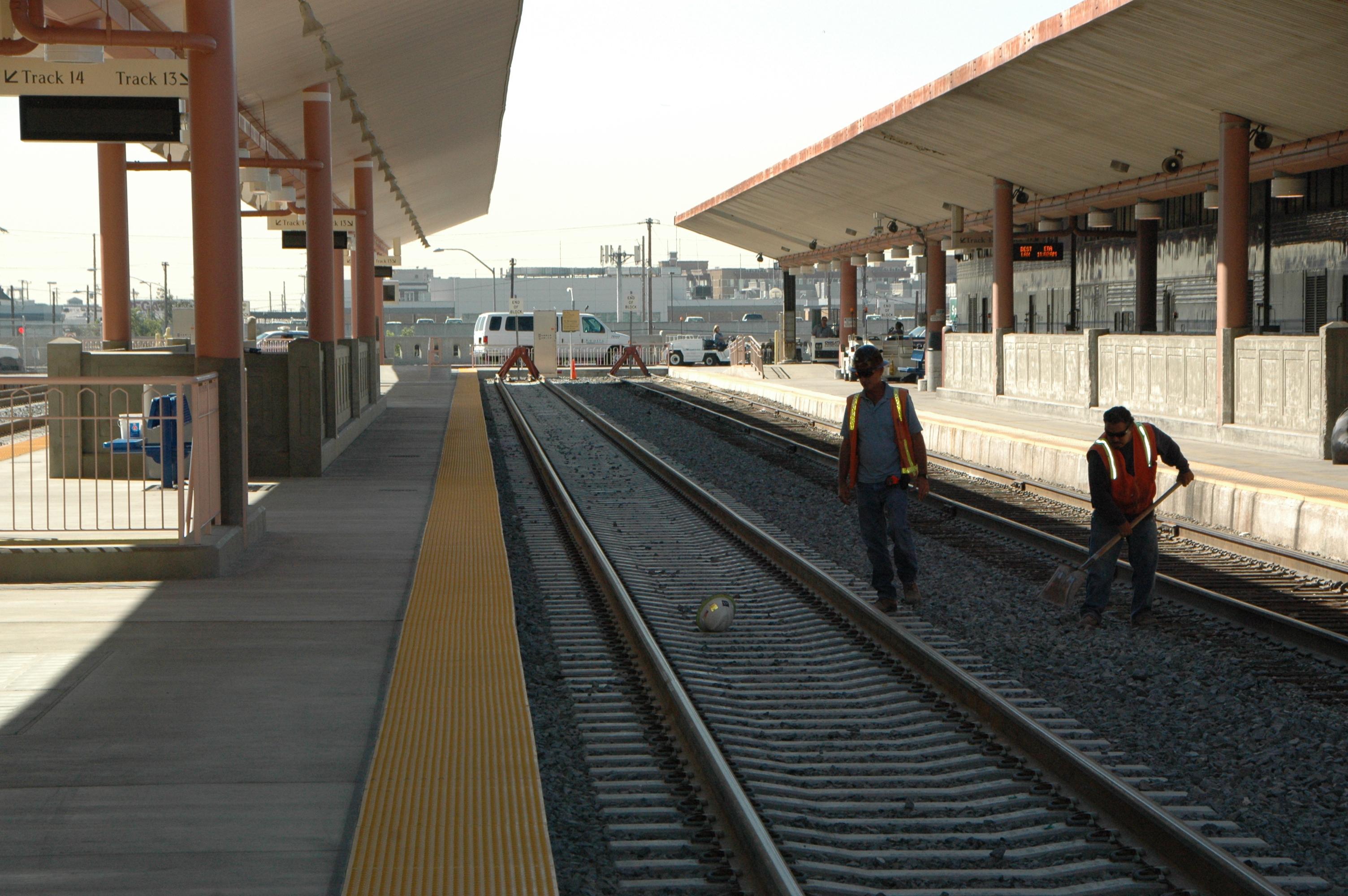 Trabajadores dando los últimos toques a las vías de trenes en la recien remodelada plataforma 13 y 14. (Foto José Ubaldo/El Pasajero0.