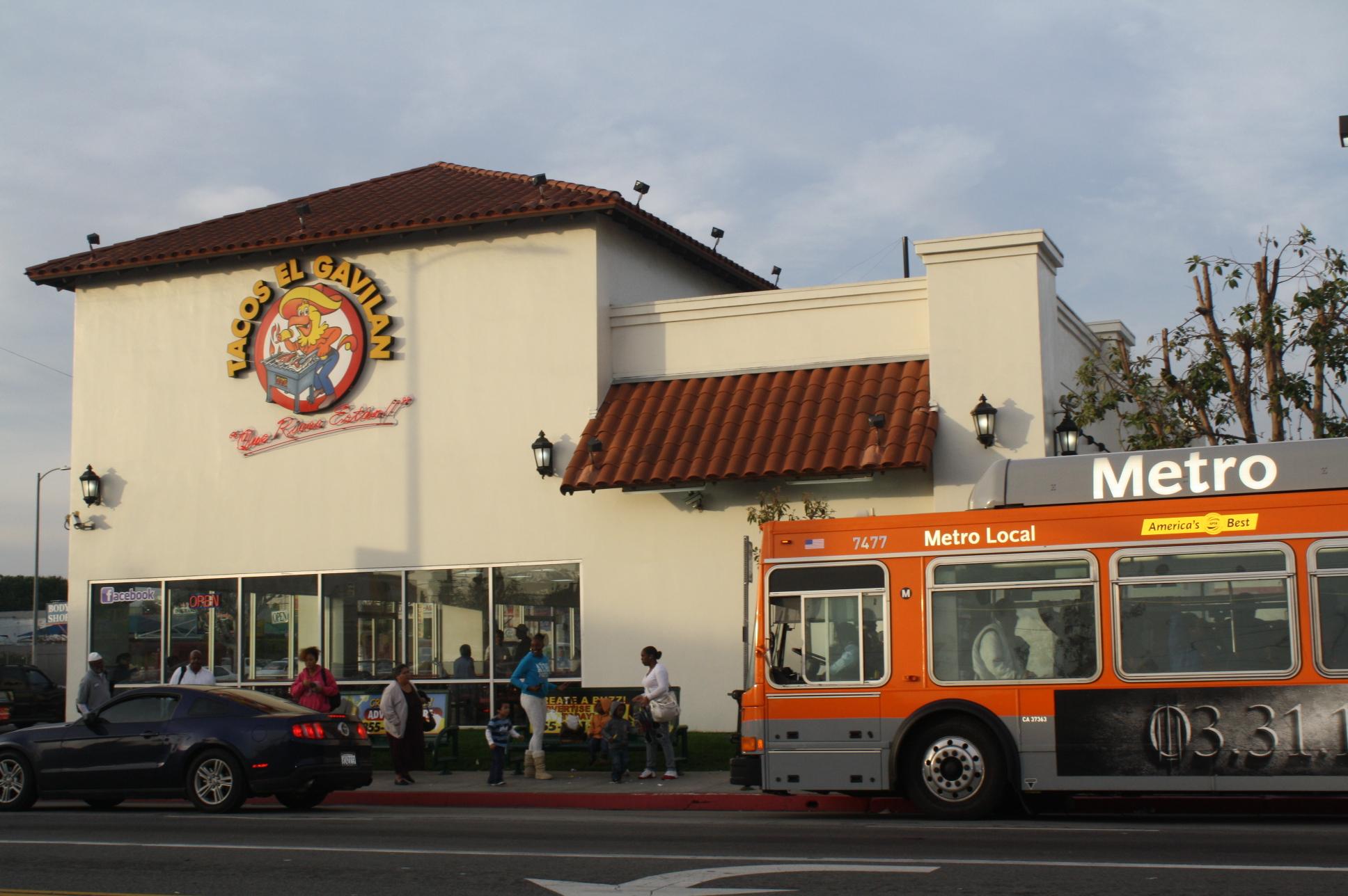 A Tacos El Gavilán en la esquina de la calle Broadway y la avenida Vernon se puede llegar a través de la Línea 105 de Metro por la avenida Vernon y la ruta 45 de Metro por la calle Broadway. (Foto de Agustín Durán/El Pasajero)