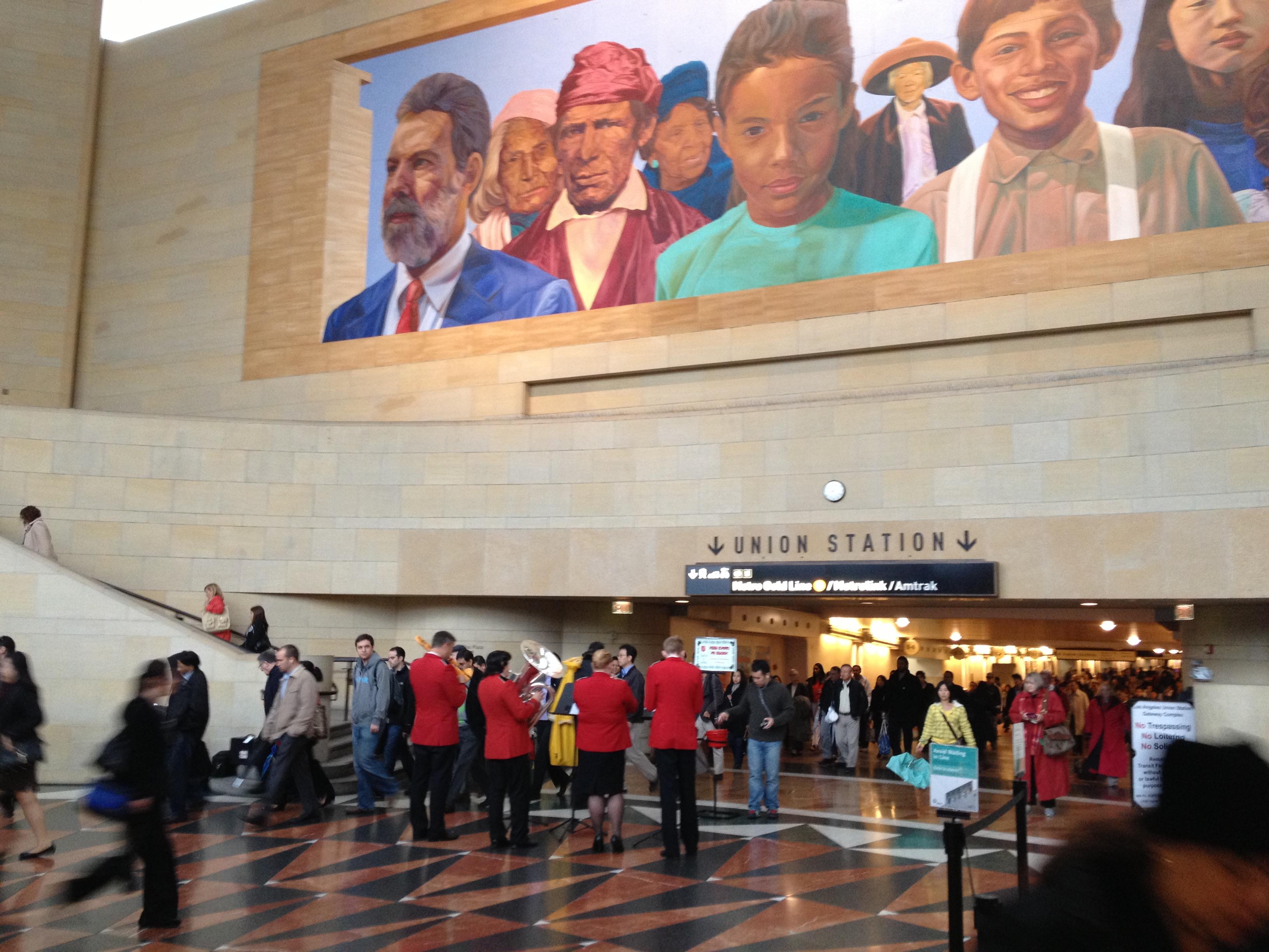 Los integrantes de la banda musical del Salvation Army en el Portal Este de Union Station. (Foto José Ubaldo/El Pasajero).