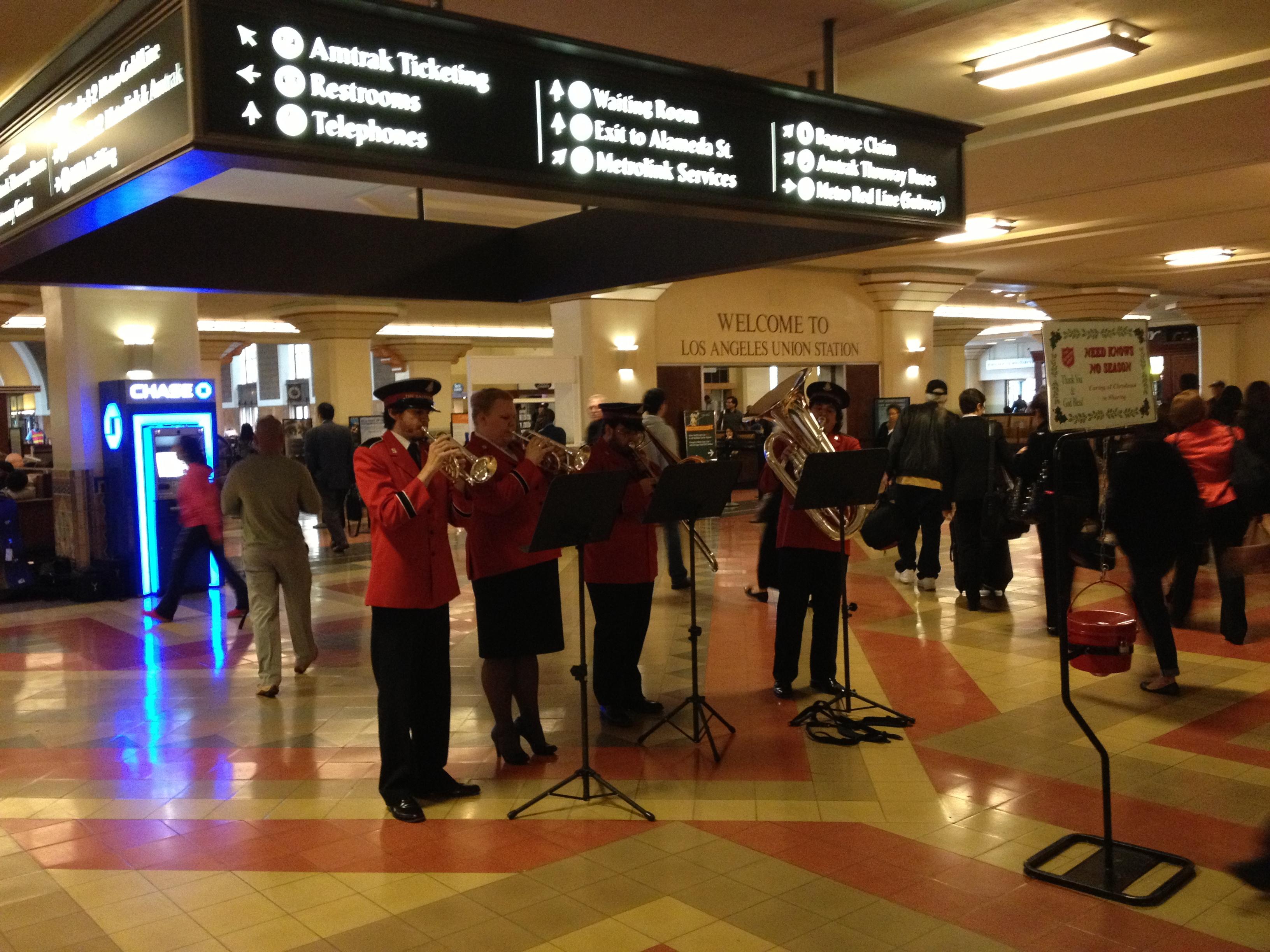 Las melodías tradicionales de la época navideña deleitan a los usuarios de Union Station durante las horas pico de la mañana y la tarde. (Foto José  Ubaldo/El Pasajero).
