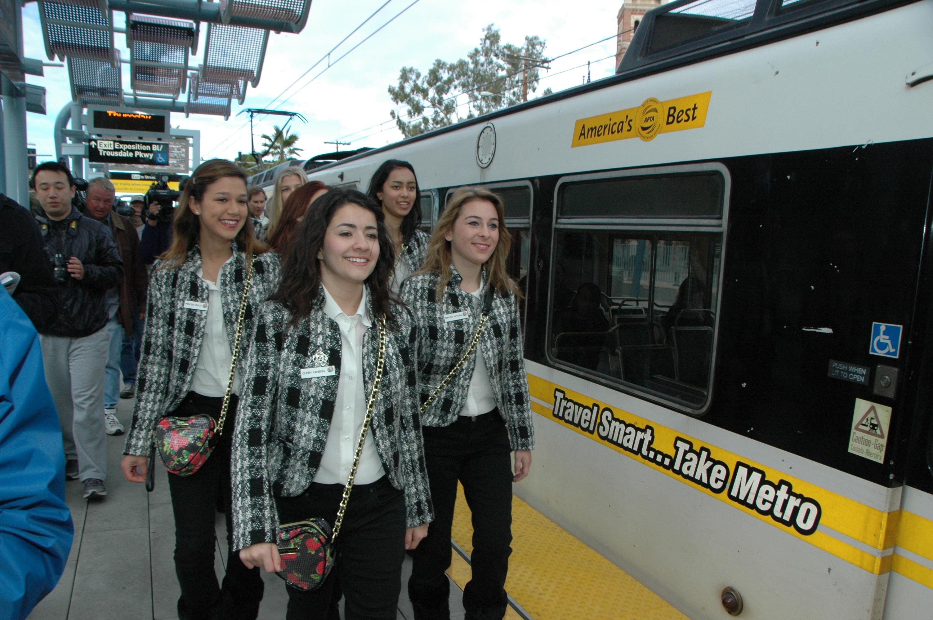 La Reina del Desfile de las Rosas y su corte en la Línea Expo de Metro. (Foto Luis Inzunza/Metro).