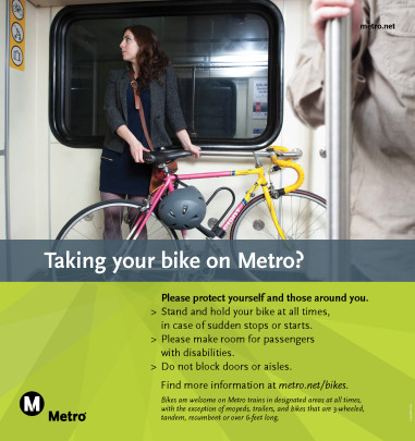 Nuevos posters de Metro urgen a los ciclistas que permanezcan con sus bicicletas en las áreas designadas y no bloquear las puertas o pasillos.
