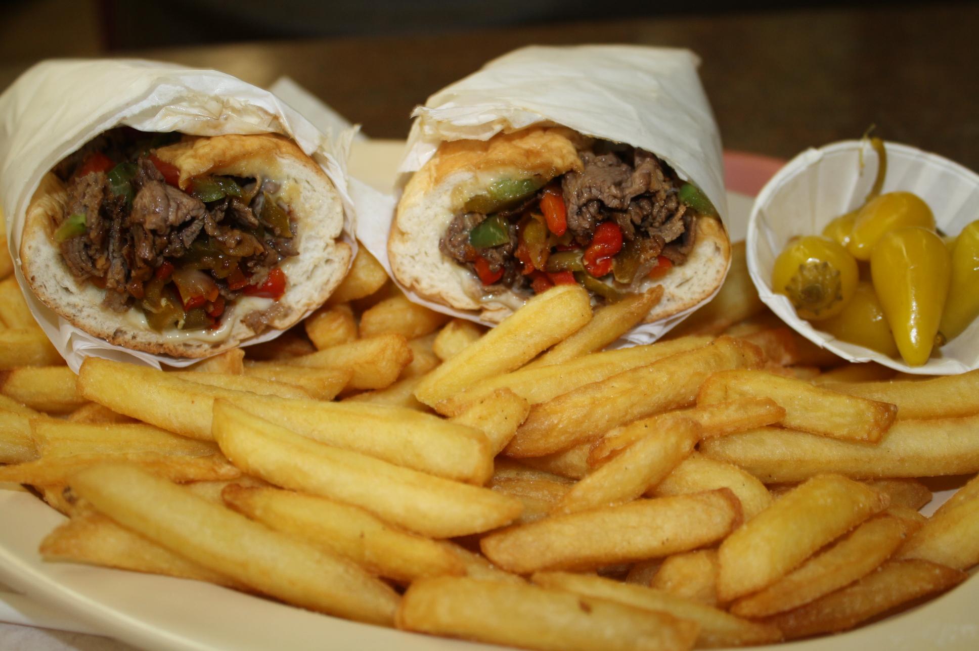 Philly Steak Sándwich es uno de los favoritos en el restaurante. (Foto de Agustín Durán/El pasajero).