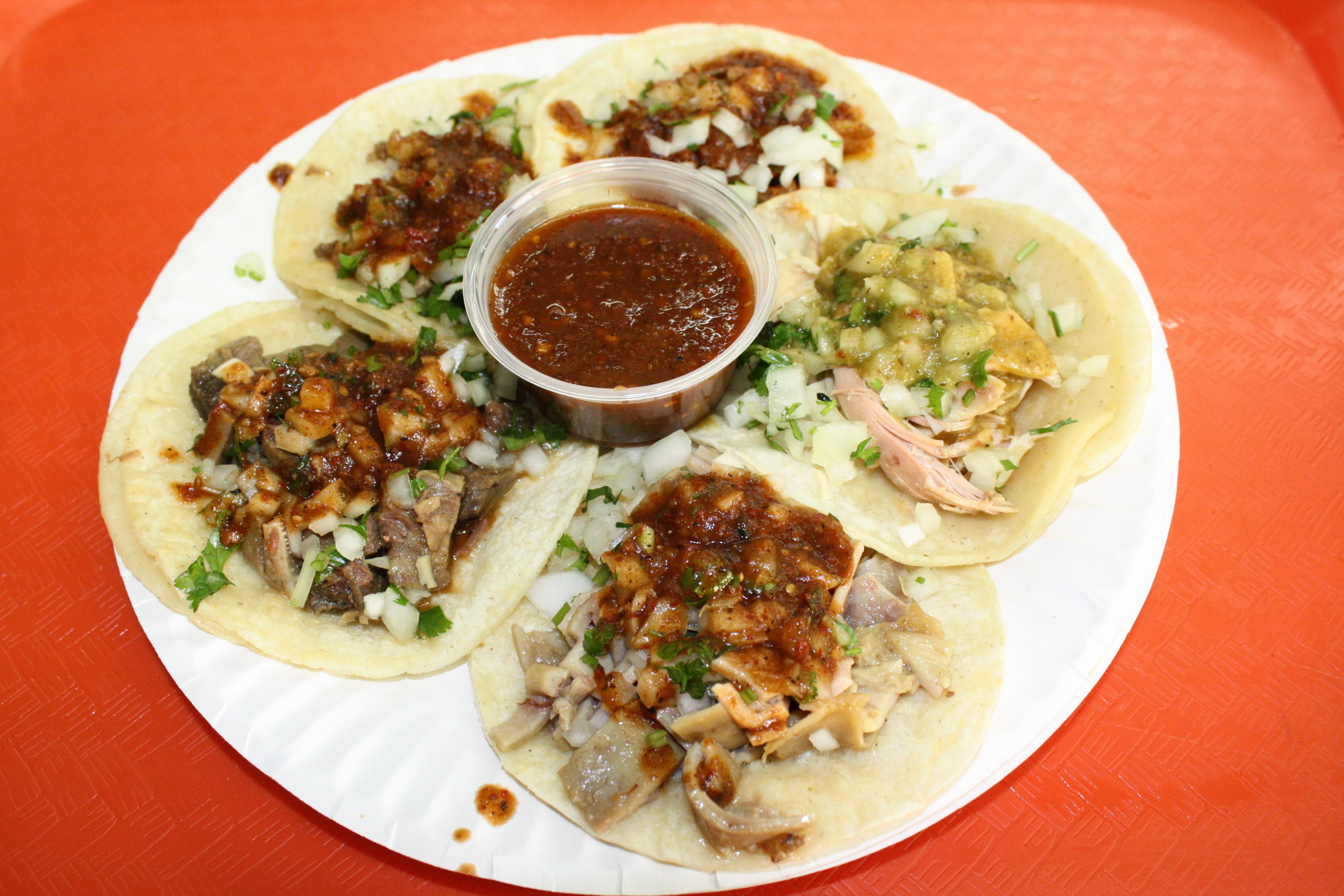 Una orden de cinco tacos puede ser la medida perfecta para algunos clientes (Foto de Agustín Durán/El Pasajero).