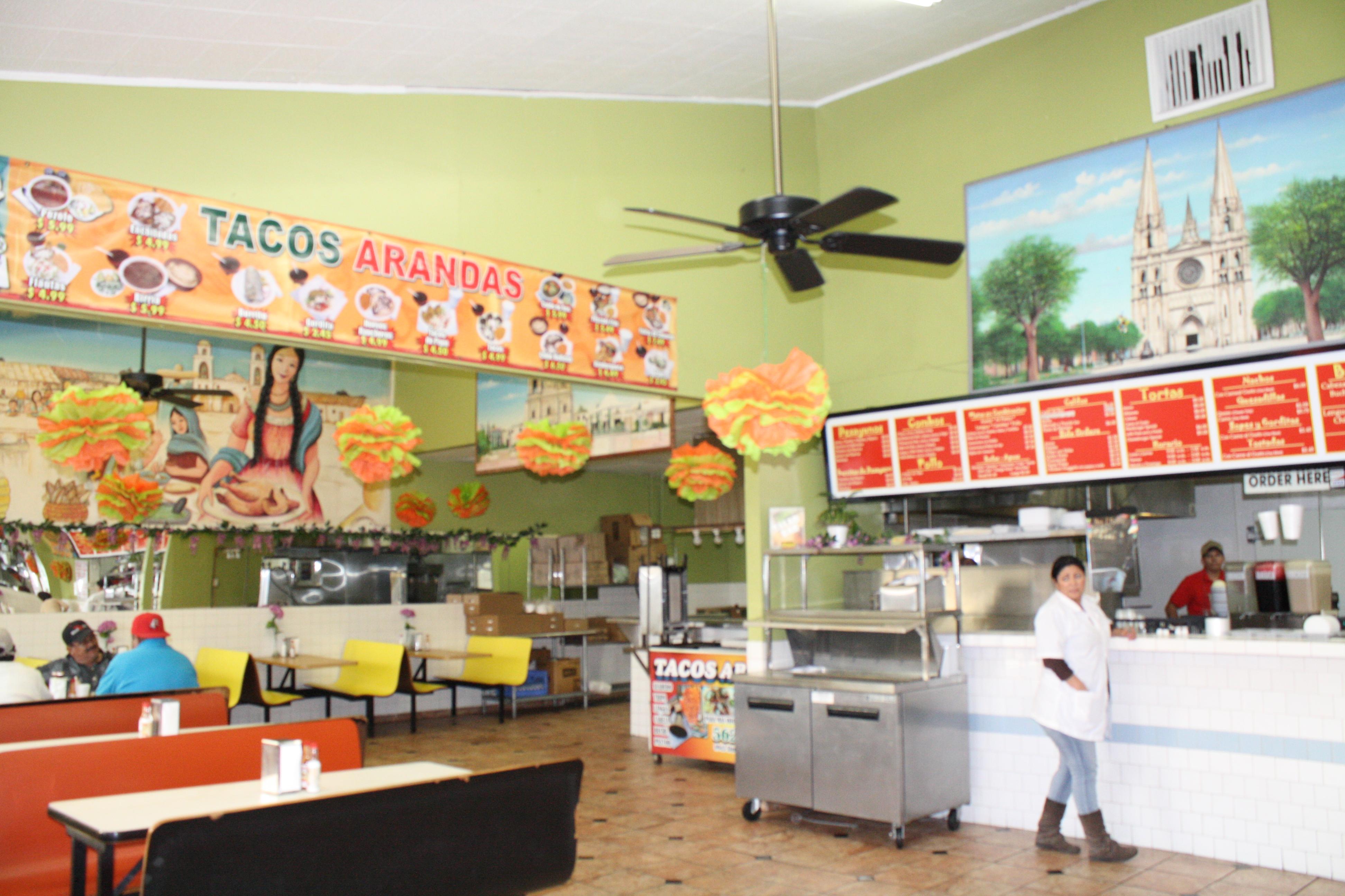El ambiente en Tacos Arandas es tranquilo, amplio y limpio (Foto de Agustín Durán/El Pasajero).