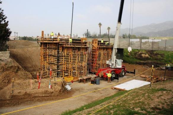 Vista de la construcción de un puente en Azusa.