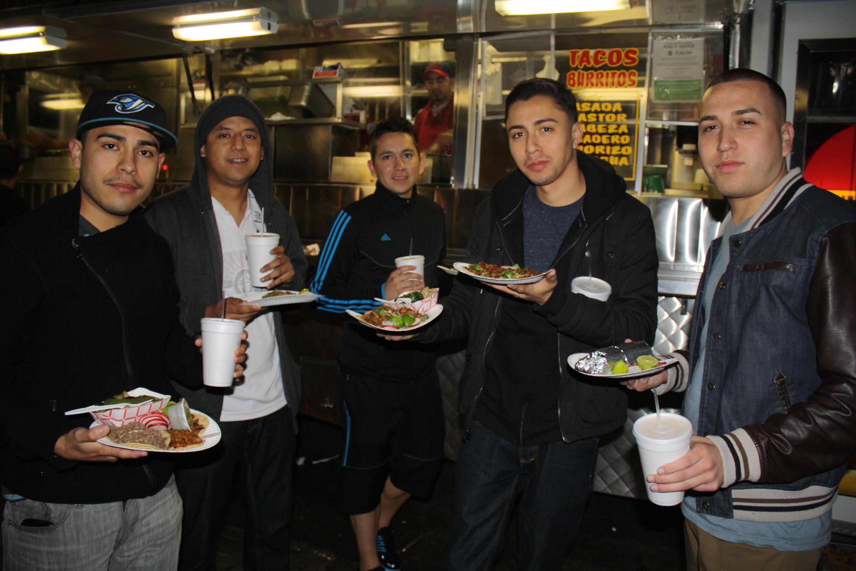 Armando y sus amigos llegan por lo menos dos o tres veces a comer sus tacos con El Pecas  (Foto de Agustín Durán/El Pasajero).
