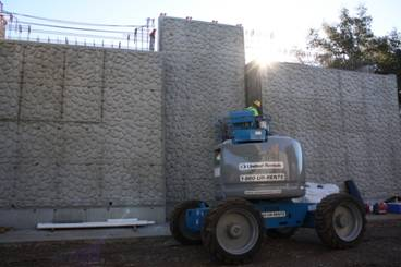 Construcción de muros para un puente en Azusa.