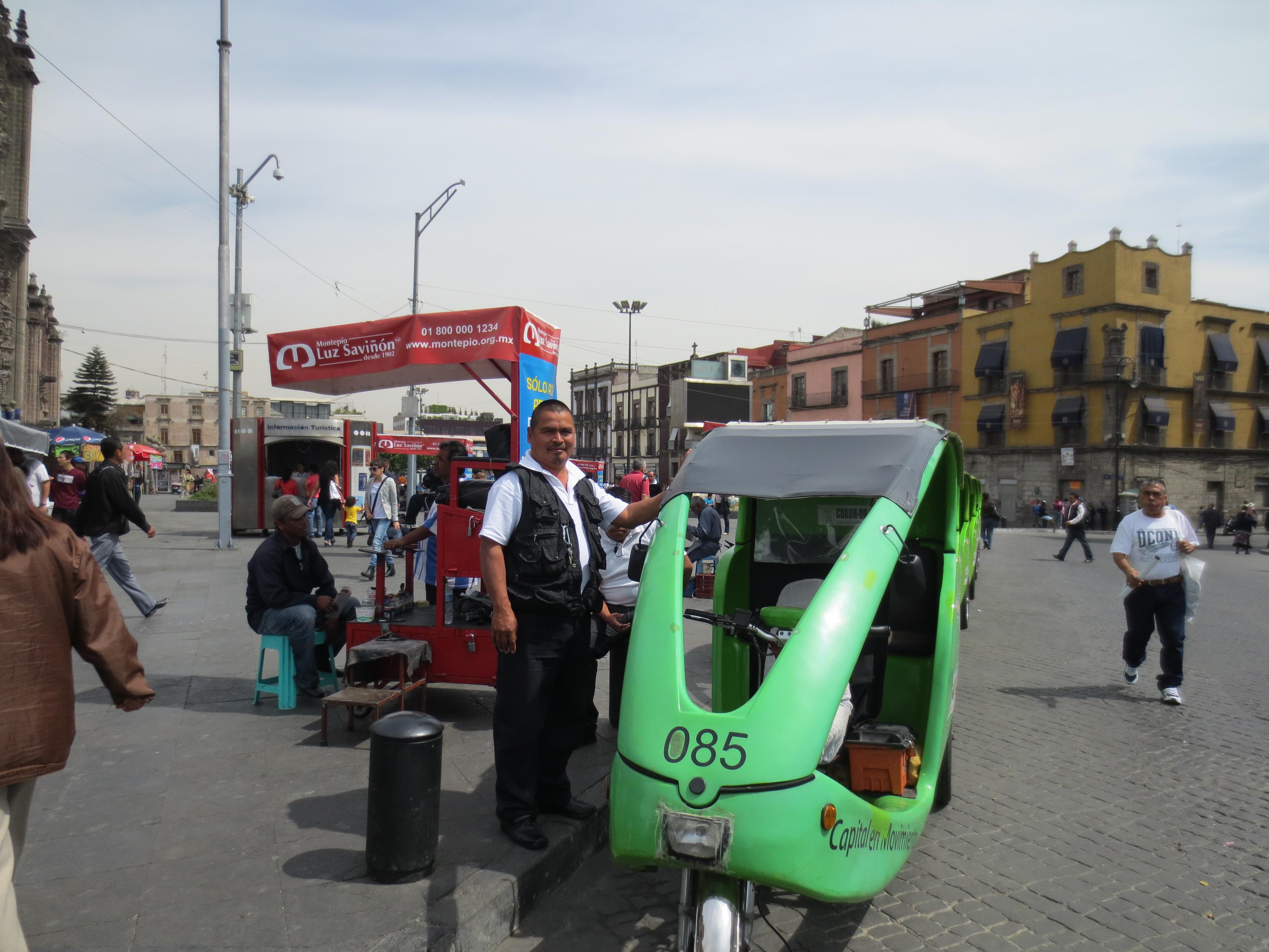Blas Villegas, a la espera de pasaje para su ciclotaxi. Foto: María Luisa Arredondo/El Pasajero.