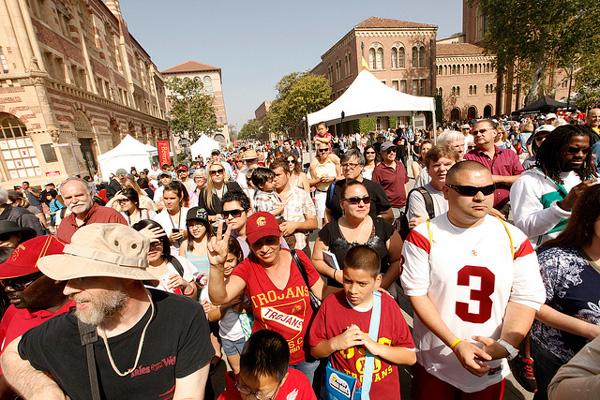 Asistentes a la feria en USC. Foto: Steve Cohn.