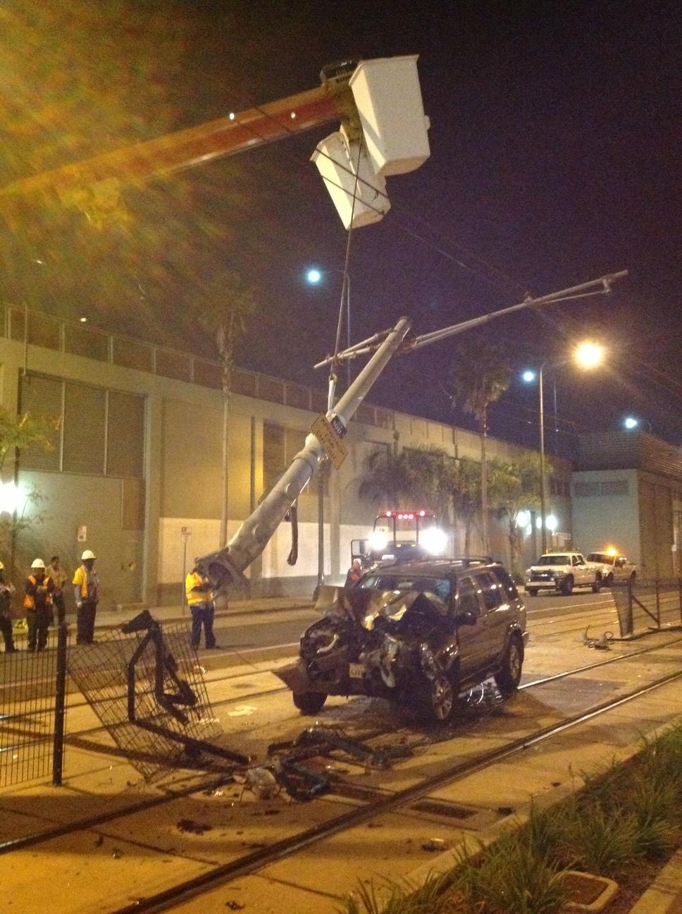 Un aspecto del accidente en donde fue derribado un poste de energía eléctrica en la Línea Expo. Mañana sábado se llevará a cabo la re-instalación de un nuevo poste.
