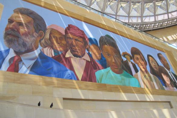 El mural, visto a través de los rayos del sol que se filtran por los tragaluces de Union Station.