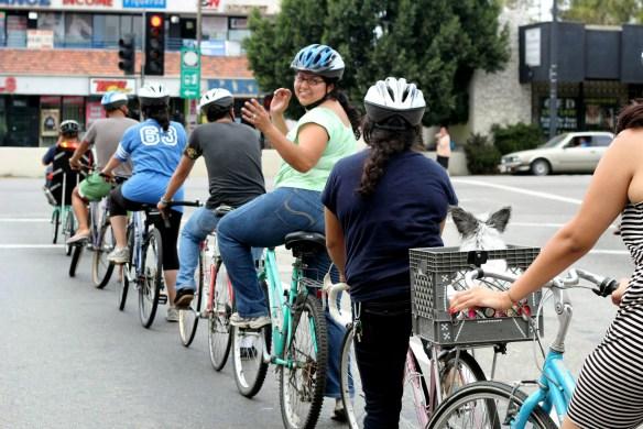 Clase de ciclismo en Highland Park. Foto: Miguel Ramos/Muticultural Communities for Mobility.