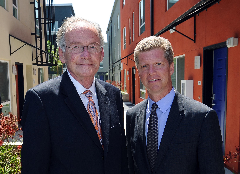 Roger Moliere, jefe de Bienes Raíces de Metro (izq.) con Shaun Donovan, secretario de Vivienda y Desarrollo Urbano.