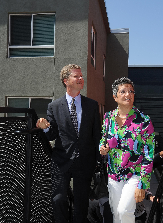 El secretario Donovan durante su visita al complejo de Westlake/MacArthur Park.
