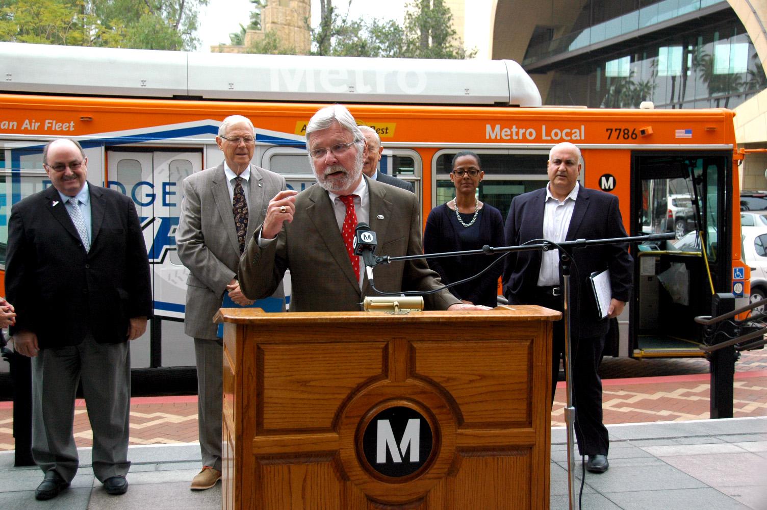 El director general ejectivo de Metro, Art Leahy, durante la conferencia en que se anunció el servicio de autobús