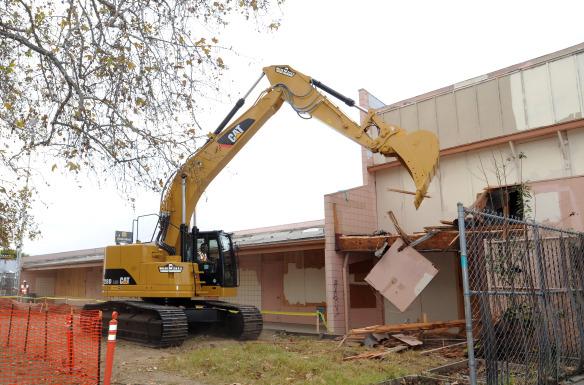 Demolición de un edificio para empezar las obras en la estación subterránea que estará en Crenshaw y Exposition. Foto: Juan Ocampo.