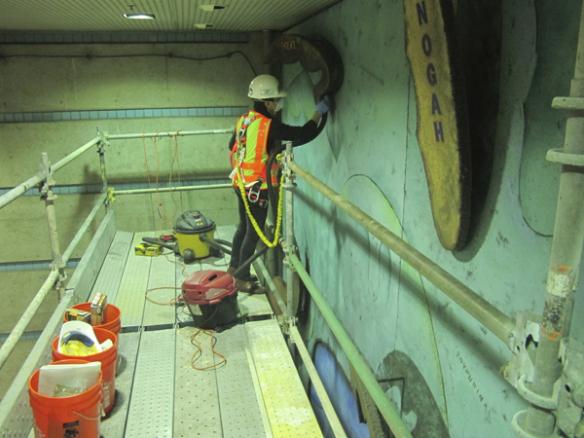 El trabajo de limpieza del mural  lo efectuó personal especializado de Metro.