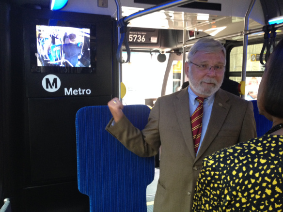 El director general ejective de Metro, Art Leahy, muestra uno de los nuevos monitores. Foto: Paul Gonzales/Metro.