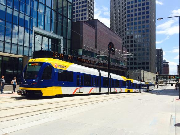 Un tren cerca del centro de St. Paul. Foto: Joseph Lemon/Metro.