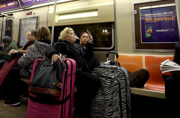 El ocupar demasiado espacio con objetos como equipaje y bolsos demasiado grandes es una de las cosas que más molestan a otros pasajeros: Foto Hiroiko Masuke/The New York Tmes.
