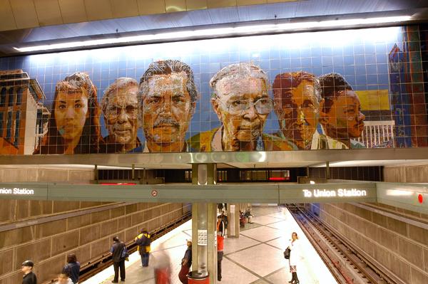 La obra People going/People coming de Richard Wyatt en la estación Wilshire/Western de la Línea Roja.